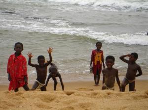 ninos-jugando-en-la-playa